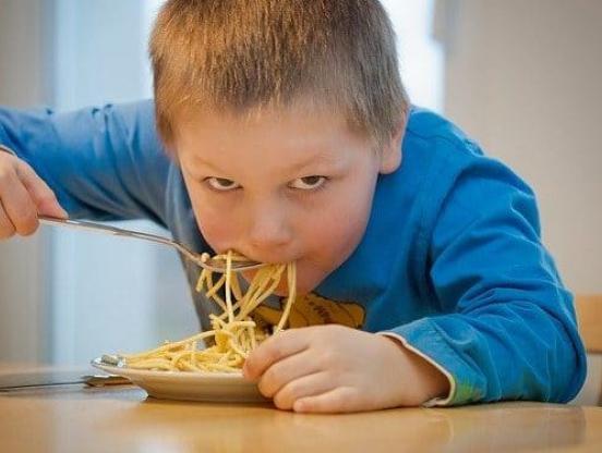 Врач рассказала, чем кормить детей в период коронавируса